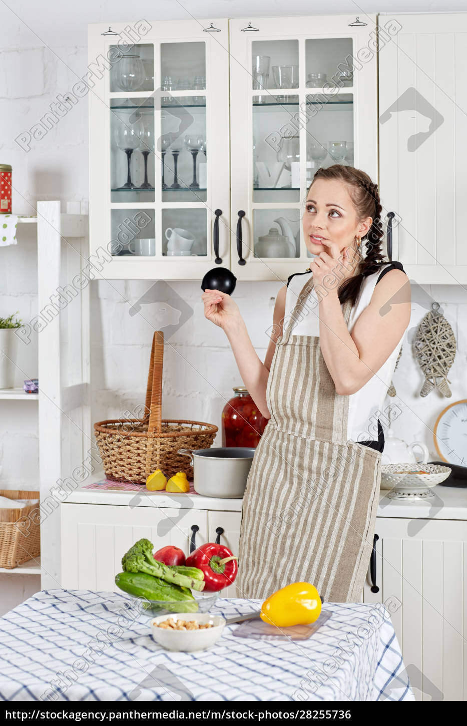 woman, cooking, food, in, the, kitchen. - 28255736