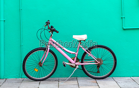 bicycle, in, front, of, a, house - 28258336