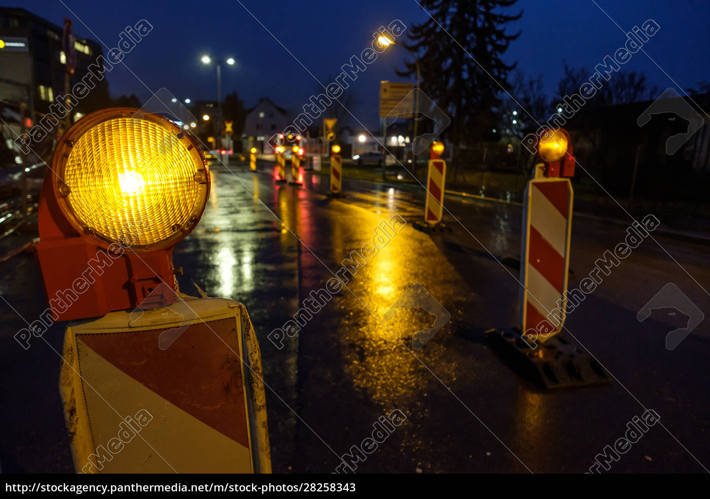 warning, light, at, a, construction, site - 28258343
