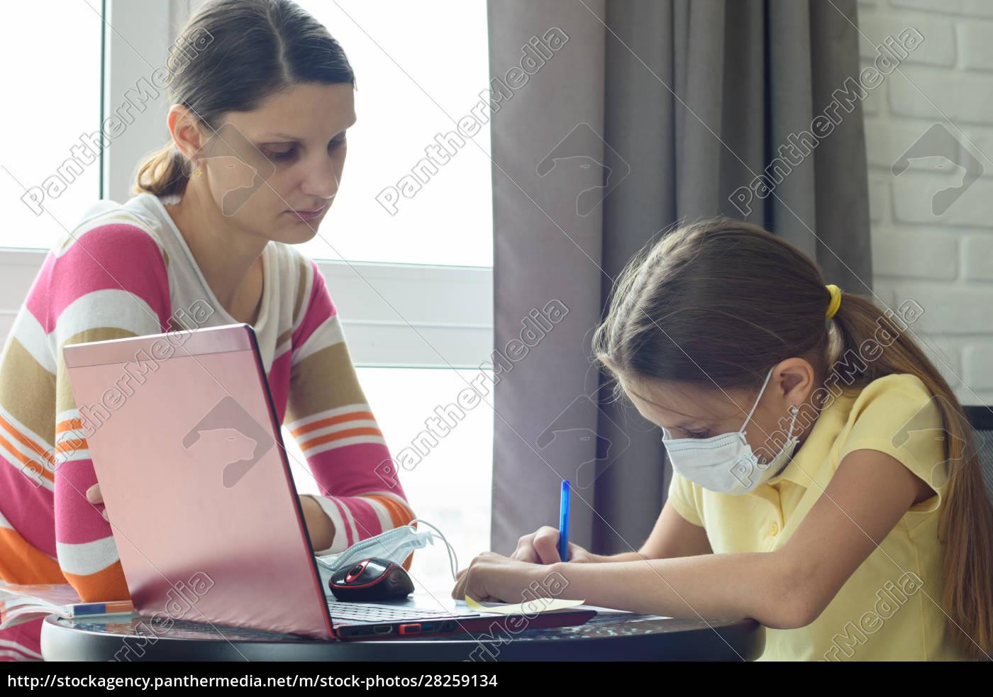 mom, helps, to, do, homework, for - 28259134