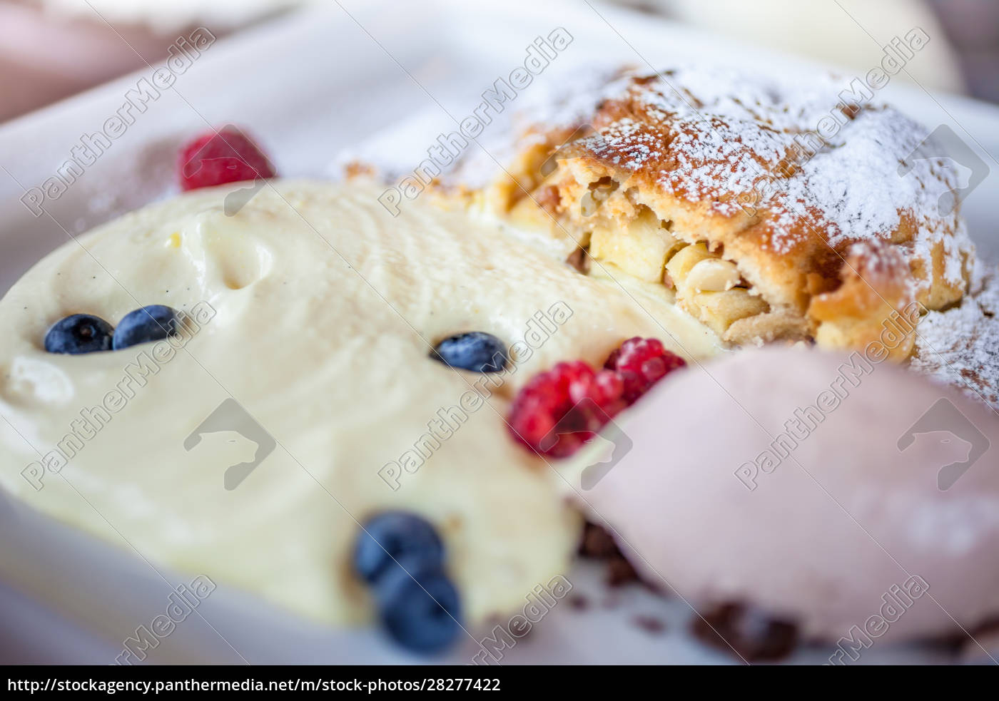 apple, strudel, with, vanilla, sauce, and - 28277422