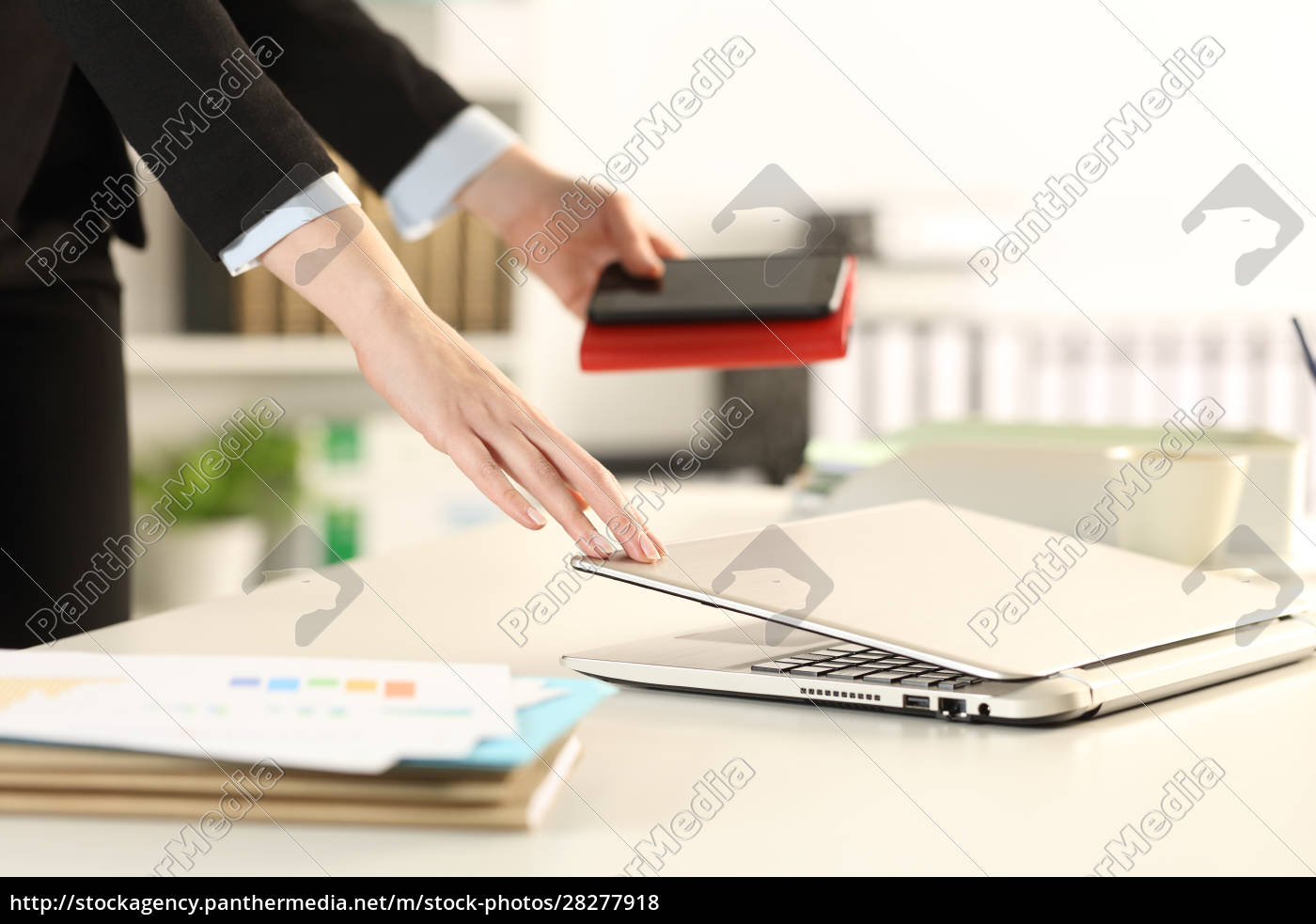 executive, hands, leaving, office, closing, laptop - 28277918