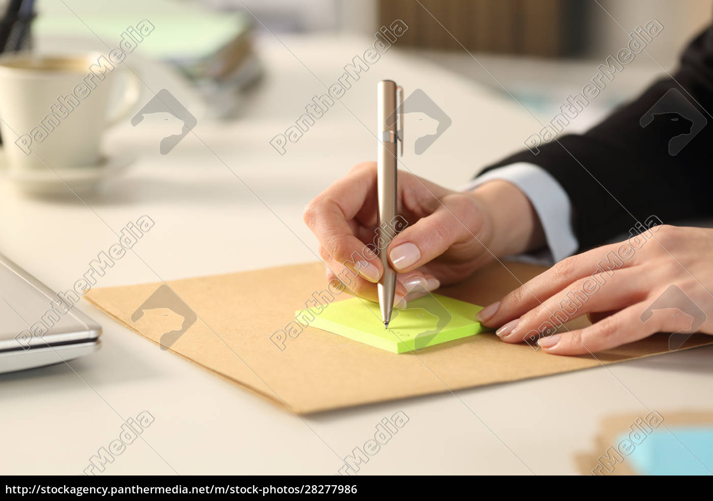 executive, hands, writing, on, sticky, notes - 28277986
