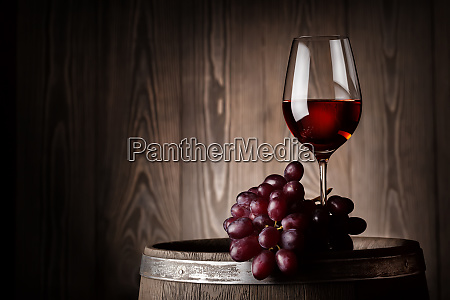 glass, of, red, wine, with, grapes - 28278767