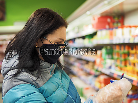 woman with protective mask durung shopping