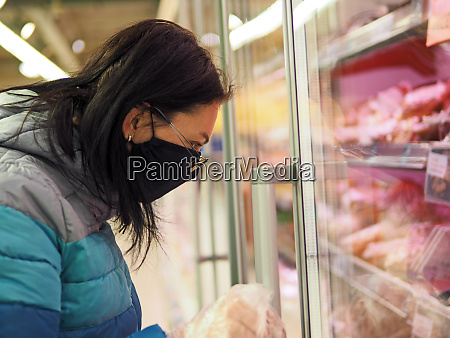 woman, with, protective, mask, durung, shopping - 28279453