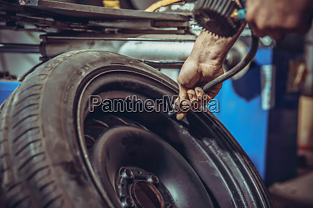 pressurizing the car tire in a