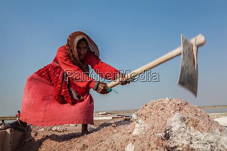 women mining salt at lake sambhar