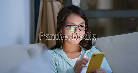 woman with glasses and use of