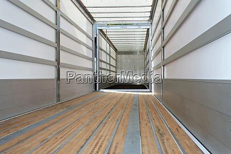 empty trailer horizontal