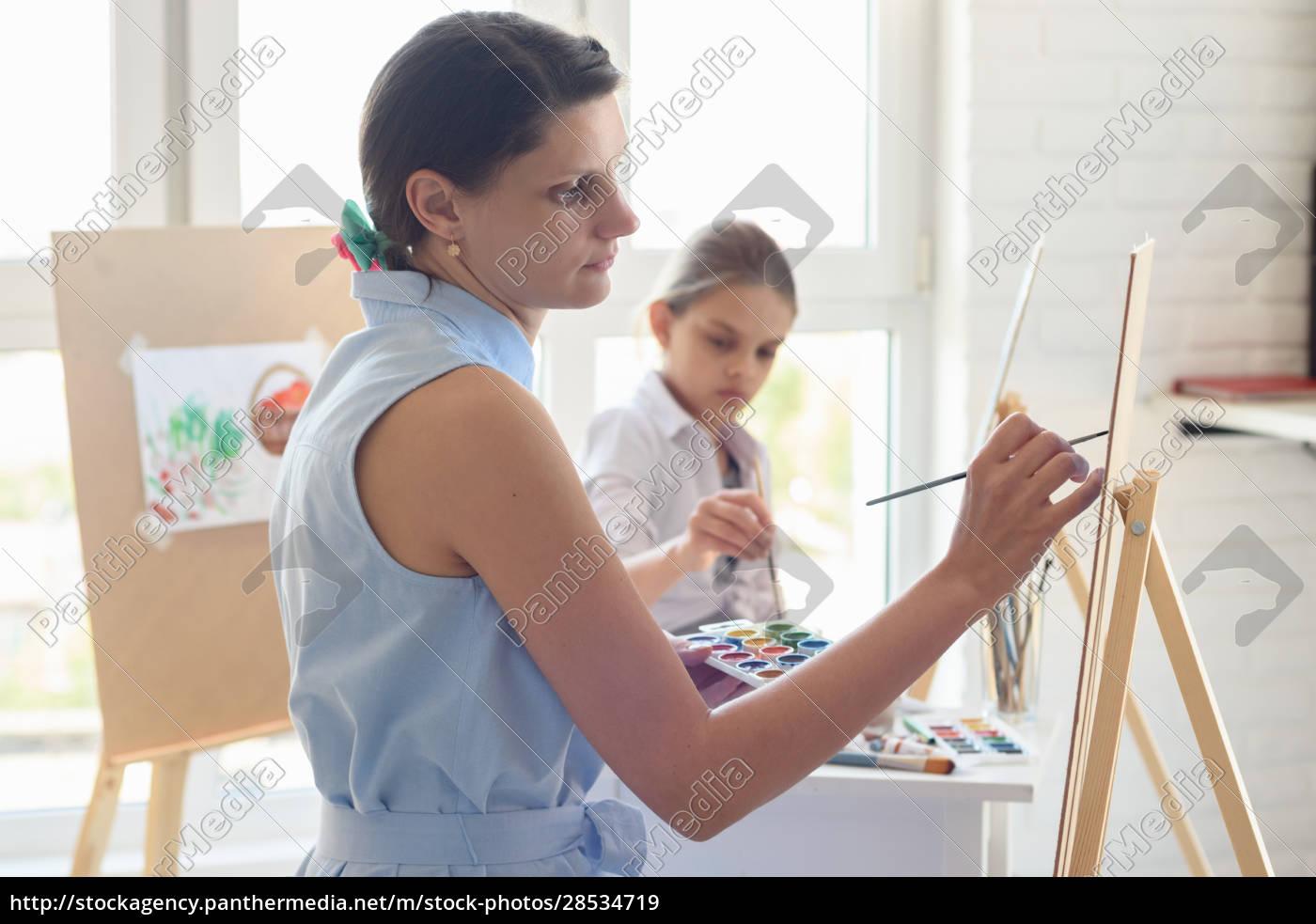 artist, teaches, children, to, draw, on - 28534719