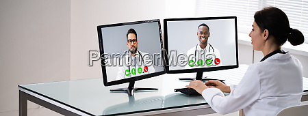 medical doctor using online elearning video
