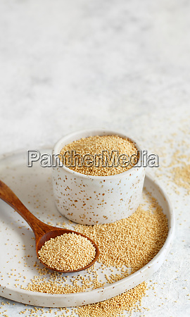 bowl of raw amaranth grain with