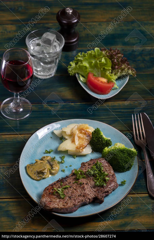steak, with, broccoli - 28607274