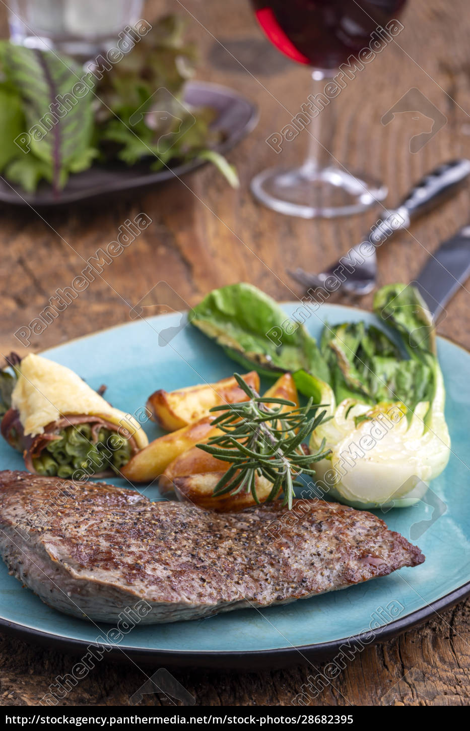 steak, on, a, plate, with, vegetables - 28682395