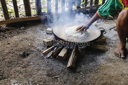 preparation of manioc flour and choucaturo