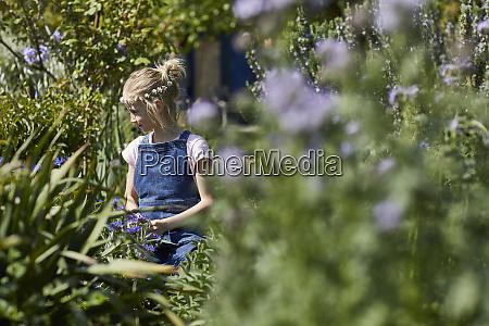 girl wearing daisy flower wreath in