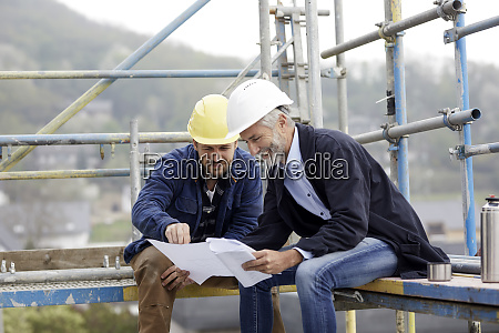 architect and worker discussing building plan