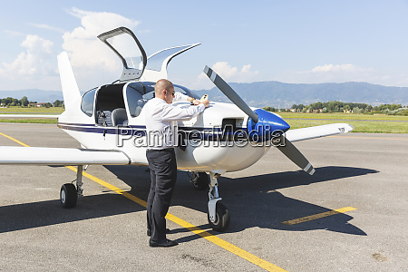 pilot doing pre flight inspection on