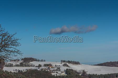 schneelandschaft mit himmel und einer wolke