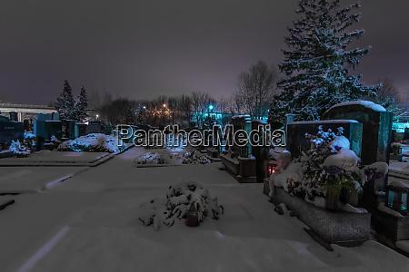 friedhof mit schnee im winter