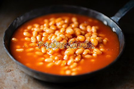rustic english baked beans in tomato