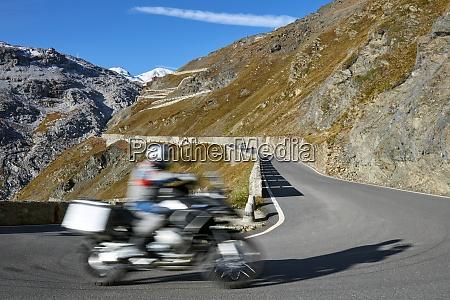 motorbike driving up pass road stilfser
