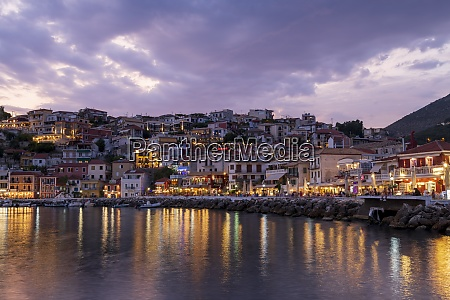 evening view of parga restaurants and
