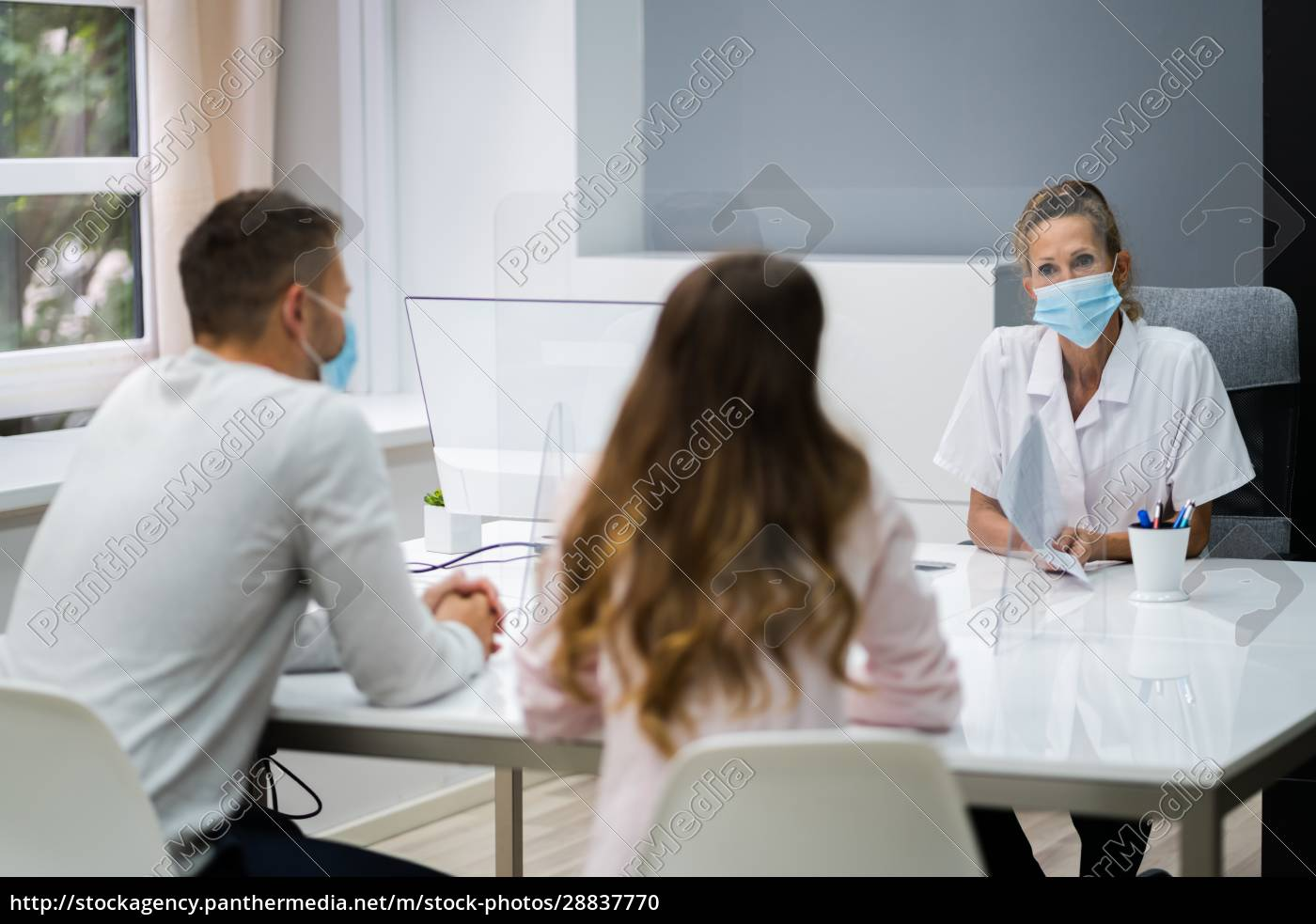 doctor, talking, to, patient, at, meeting - 28837770
