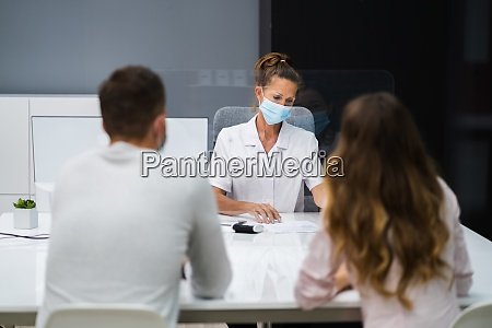 doctor, talking, to, patient, at, meeting - 28857985