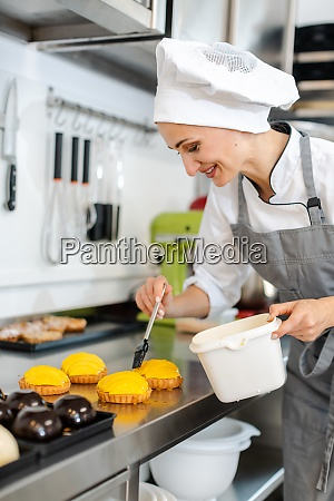 confectioner, working, on, sweet, little, cakes - 28888547