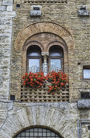 the medieval architecture of san gimignano