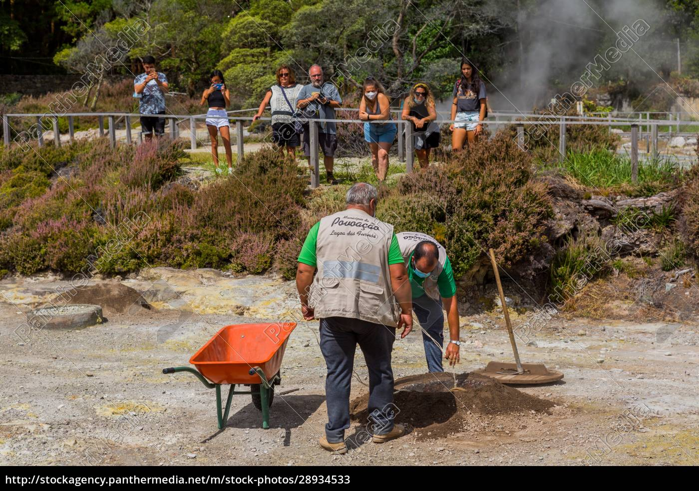 workers, take, out, cozido, in, furnas - 28934533