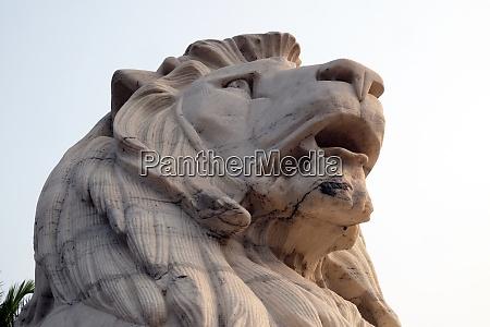 lion statue at victoria memorial gate
