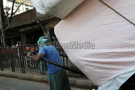 rickshaw driver working in kolkata india