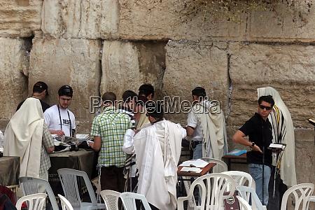 jewish men pray at the western