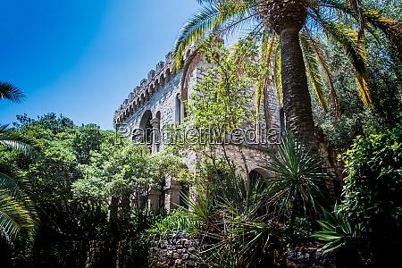 vieille ruine dans la vegetation a