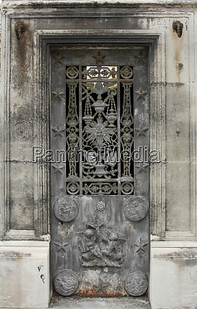 ornate tomb door in the pere