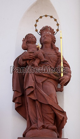 madonna with child jesus statue on