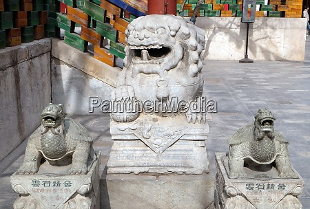 lion and turtle statues in yonghe