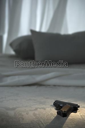 pistol an bed