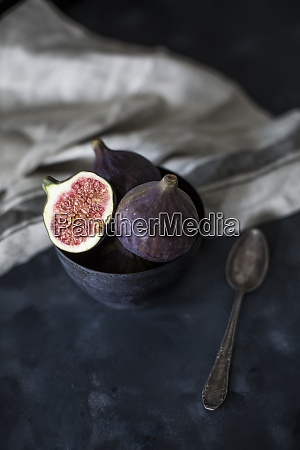 bowl with whole and sliced figs