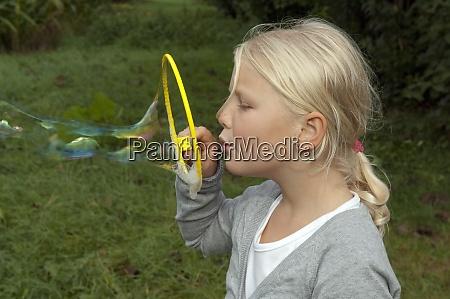 maedchen seifenblasen