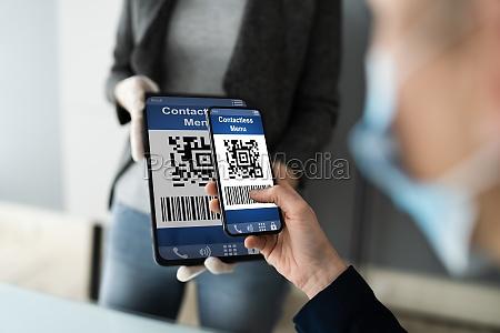 customer scanning online menu code with