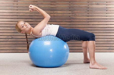woman doing situps on a fitness