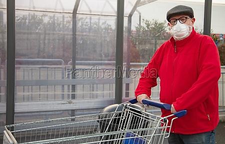 senior man wears a epidemic face