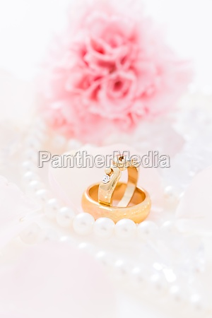 golden wedding rings with pearl necklace