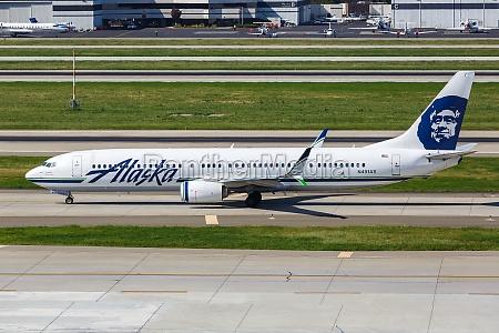 alaska airlines boeing 737 900er airplane