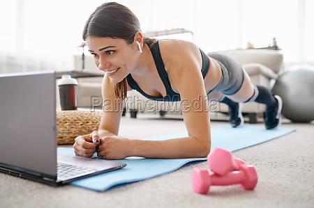 woman doing abs exercise online fit