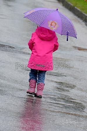 kind mit regenschirm in gmunden salzkammergut